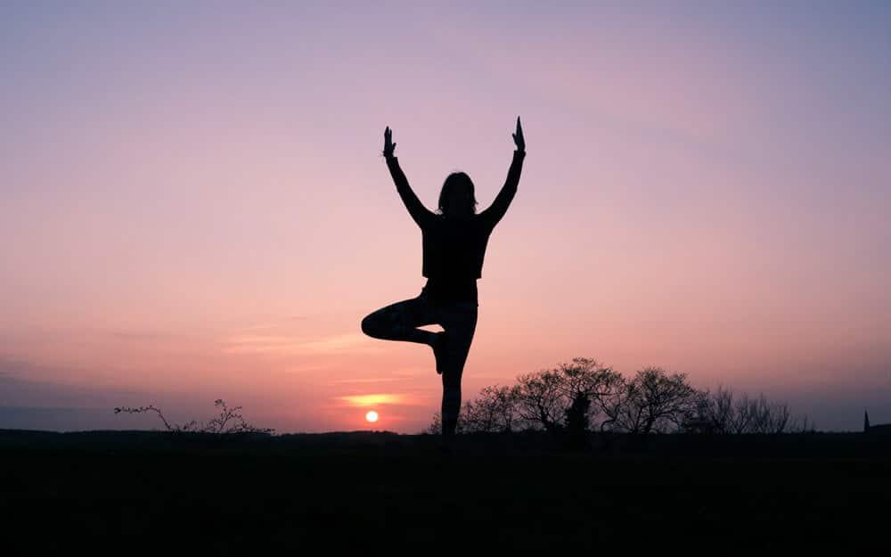 Utíš svoje myšlienky a skús meditáciu. Aj tá môže pomocť naštartovať pozitívne myslenie.